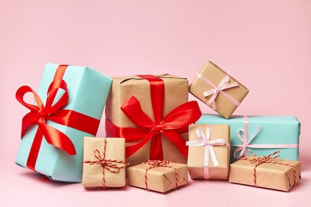Рождественские или новогодние подарочные коробки изолированные