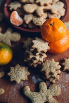 Рождественские или новогодние пряники на тарелке