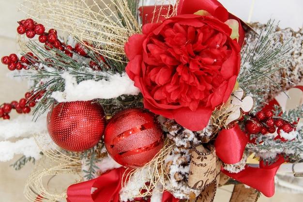 Рождественские или новогодние украшения дома крупным планом