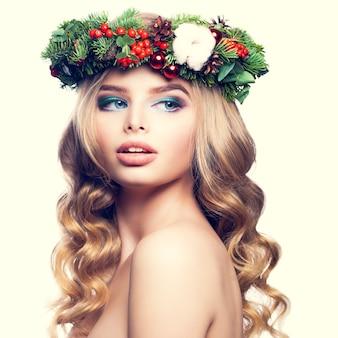 クリスマスまたは新年のモデルの女性かわいい顔金髪のヘアスタイルとメイク