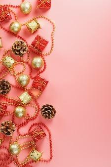 無料でクリスマスツリーの赤と金の装飾とクリスマスや新年のピンクの背景