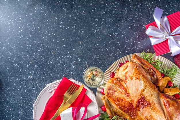 다양한 재료로 만든 크리스마스 또는 새해 칠면조 저녁 식사
