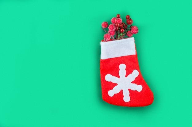 Рождество или новый год с подарочной коробкой, карамельным тортом и украшениями