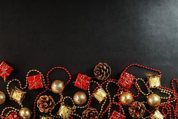 여유 공간이있는 크리스마스 트리에 대한 빨간색과 금색 장식으로 크리스마스 또는 새 해의 어두운 배경. 위에서 봅니다. 크리스마스 분위기.