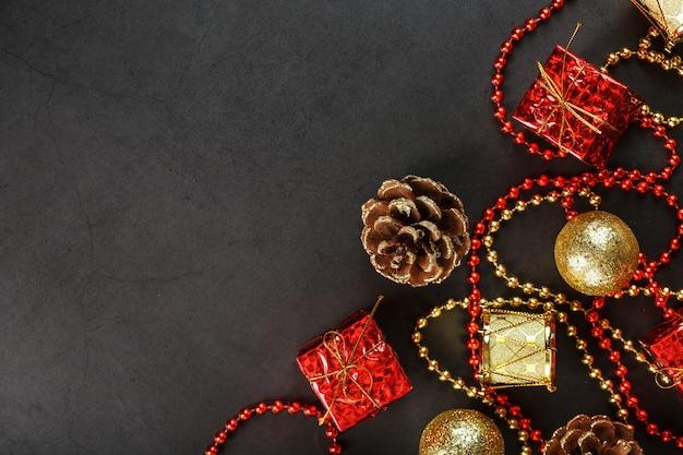 Рождество или новый год темный фон с красными и золотыми украшениями для елки со свободным пространством. вид сверху. рождественское настроение.