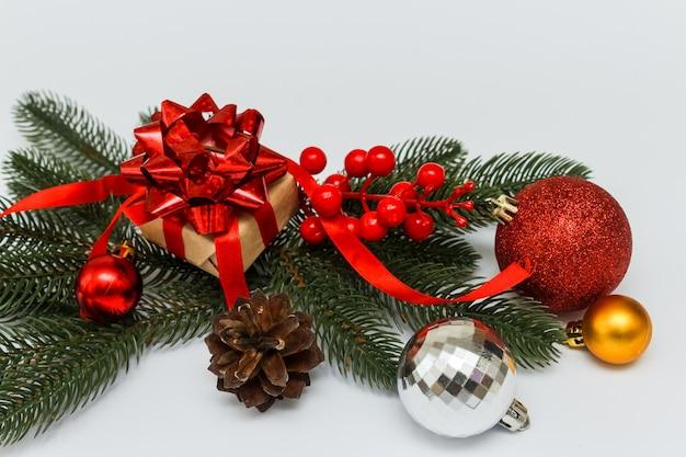 Рождественские или новогодние украшения на белом.