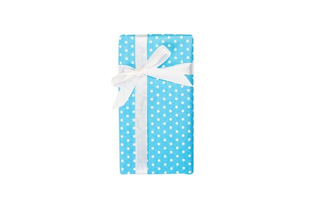 흰색 리본이 달린 파란색 종이에 크리스마스 또는 다른 휴일 수제 선물