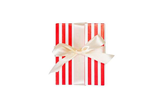 Рождество или другой праздник ручной работы подарок в красной бумаге с золотой лентой. изолированные на белом фоне, вид сверху. концепция подарочной коробки благодарения.