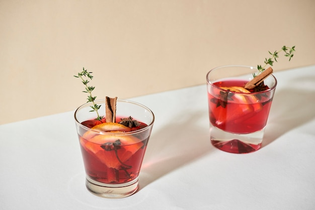 クリスマスや感謝祭の飲み物。秋と冬のカクテル-グロッグ、ホットサングリア、ホットワインとお茶、レモン、ローマ、シナモン、アニス、その他のスパイス。