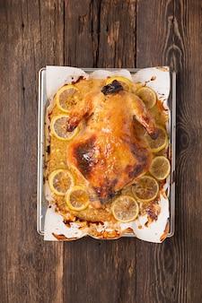 크리스마스 또는 추수 감사절 오리는 오븐에 향신료와 함께 구운.