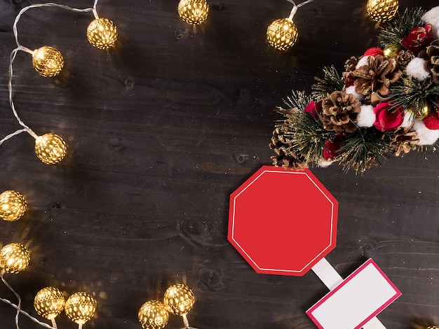 Рождественские украшения и рождественские огни на старинных деревянных фоне. символ праздника.