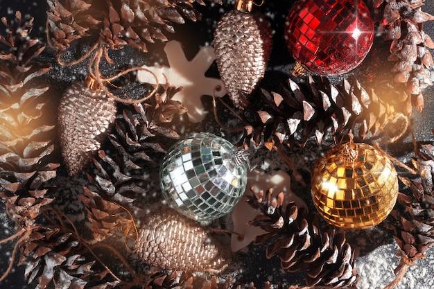 おもちゃの円錐形の雪からのクリスマス飾りの背景