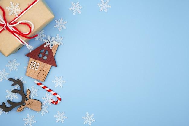 パステルブルーの背景にクリスマス飾り