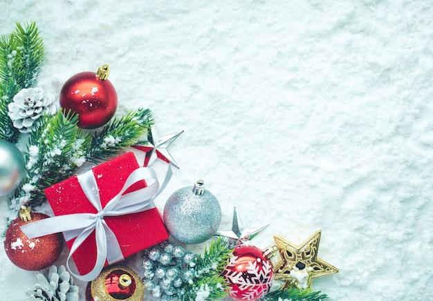 눈 배경에 크리스마스 장식입니다. 크리스마스 개념이나 새해, 축하 아이디어를 위해. 상위 뷰