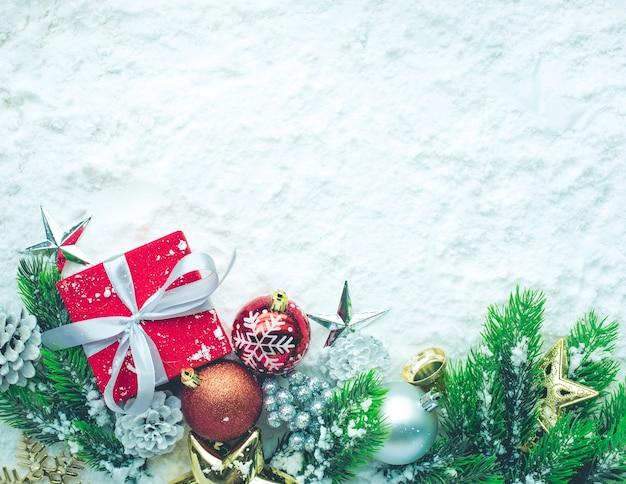 雪の上のクリスマス飾り、フラットレイ