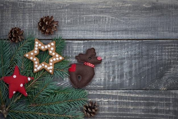 木製のテーブルの上のクリスマス飾り