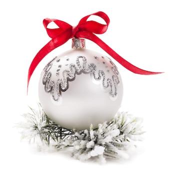 흰색 배경에 고립 된 전나무 분기와 크리스마스 장식