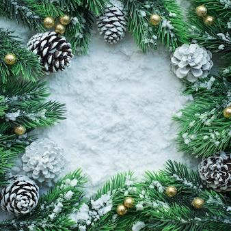 松の枝と人工雪のクリスマス飾り