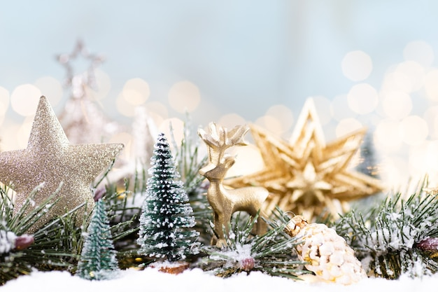 파란색 배경에 문자열 조명 크리스마스 장식