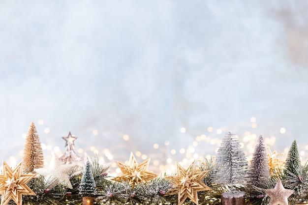 Рождественское украшение с гирляндами на синем фоне.