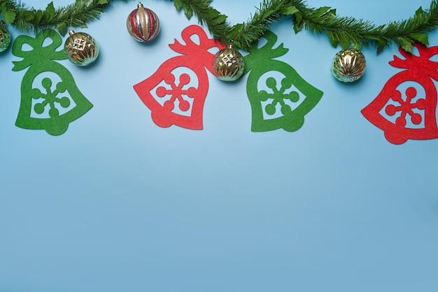파란색 배경에 크리스마스 장식품과 전나무 나뭇가지. 크리스마스와 새 해 개념입니다.