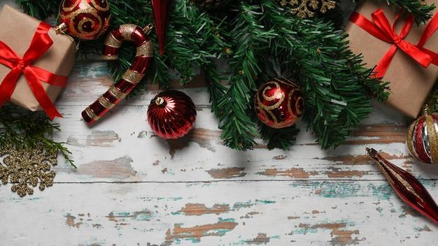 クリスマスの装飾品、ギフトボックス、木製の背景にモミの木の枝。