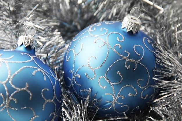 青い色のクリスマスの飾りがクローズアップ
