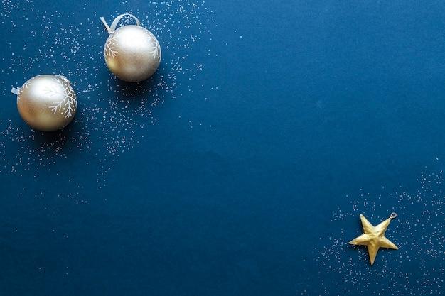 青い背景の上のクリスマスの飾り