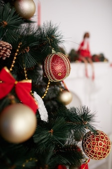 나무에 크리스마스 장신구