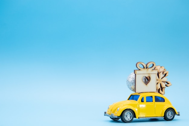 Рождественские украшения на желтой машине