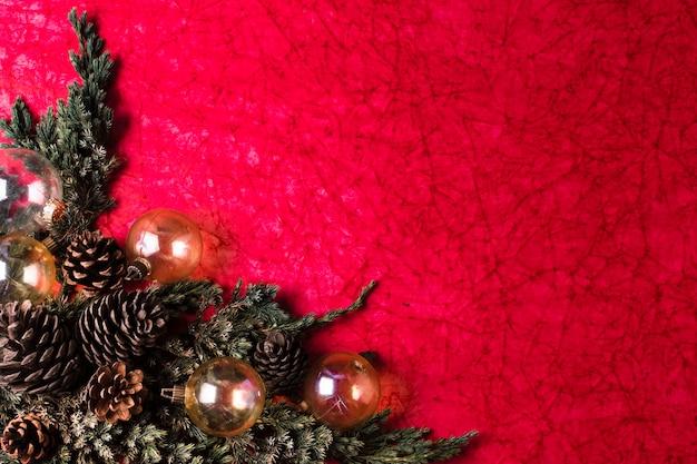 赤の背景にクリスマスの飾り