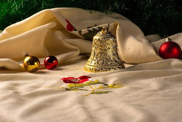 크리스마스 장식품 베이지 색 식탁보, 선택적 포커스가있는 테이블에 배치됩니다.