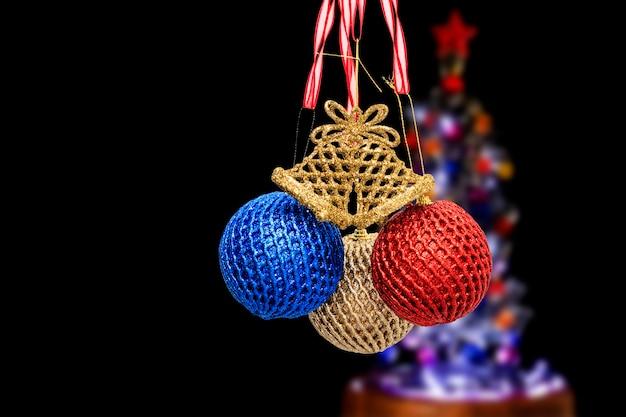 ぼやけた背景のクリスマスの装飾品