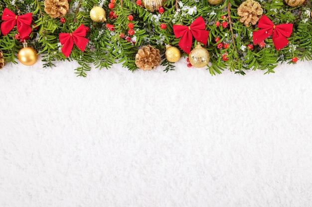 Confine di natale con decorazioni tradizionali sulla neve