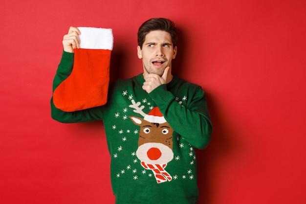 Рождественская вечеринка и концепция праздников с красивым молодым человеком