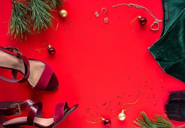 クリスマスパーティーの衣装。女性の緑のドレスと赤い靴。ファッションアウト。カクテルドレスの衣装。フラットレイ、上面図。