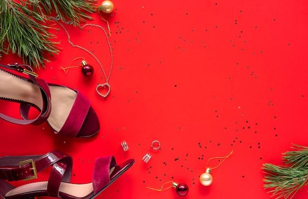 クリスマスパーティーの衣装。女性の赤い靴。ファッションアウト。フラットレイ、上面図。