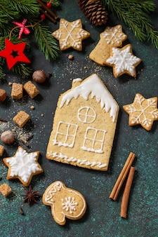 クリスマスペストリー石またはスレートの背景にジンジャーブレッドクッキー上面図フラットレイ