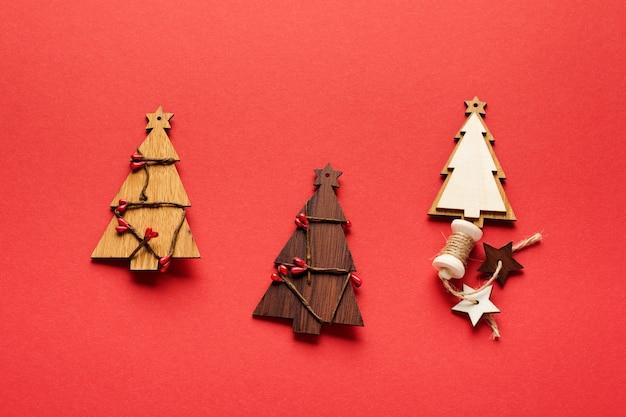 나무 크리스마스 전나무 나무 장난감, 눈송이 및 빨간색 별 크리스마스 패턴에 의하여 이루어져있다.