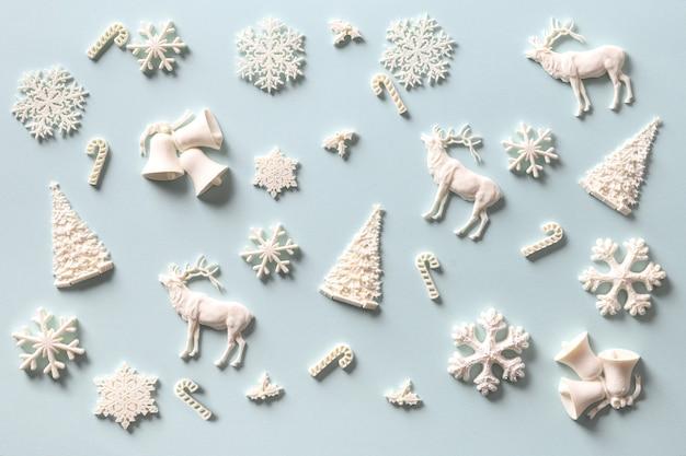 Рождественский узор белого праздничного украшения diy на синем. праздник абстрактный фон.