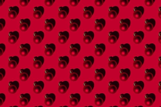 빨간색 배경에 크리스마스 트리에 크리스마스 패턴 장난감 공