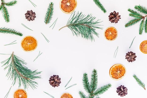 전나무 나무 소나무 가지와 크리스마스 패턴 프리미엄 사진