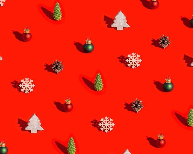自然な装飾が施されたクリスマスパターン木のおもちゃ松ぼっくり赤に暗い影が付いています
