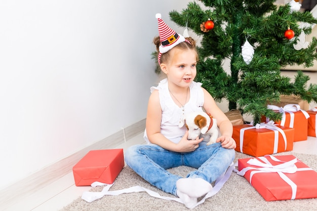 크리스마스, 애완 동물 및 휴일 개념-잭 러셀 테리어 강아지와 함께 산타 모자 아이