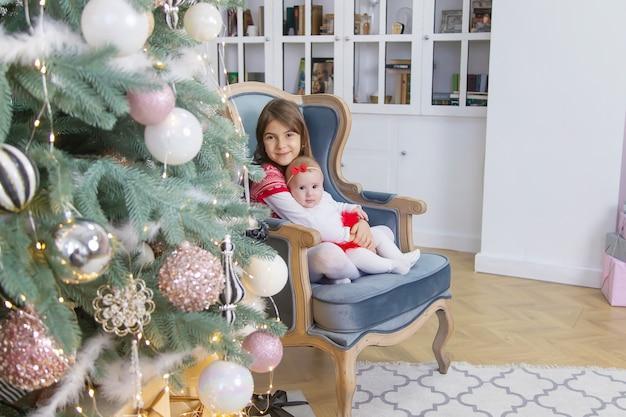 子供の新年のクリスマスの写真。セレクティブフォーカス。ホリデー。