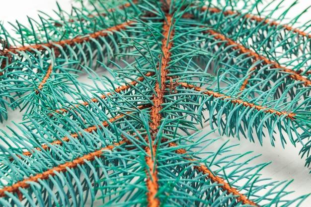 나무 보드에 크리스마스 소나무 나무 가지입니다.
