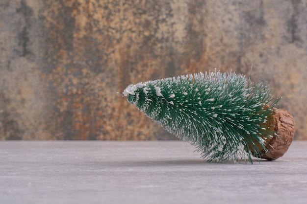 白いテーブルの上のクリスマスの松の木