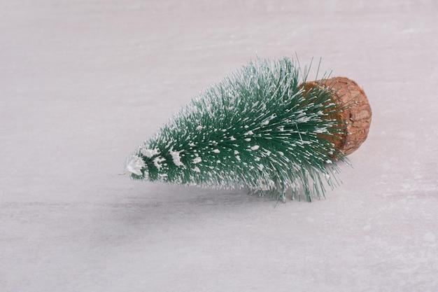 白いテーブルの上のクリスマスの松の木。