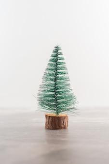 木製のテーブルの上のクリスマスの松の木。