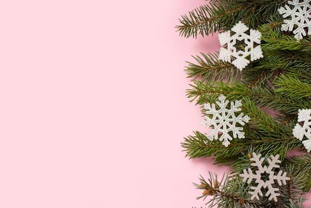 モミの木と雪片、新年あけましておめでとうございますの背景、コピースペースとクリスマスピンクカード